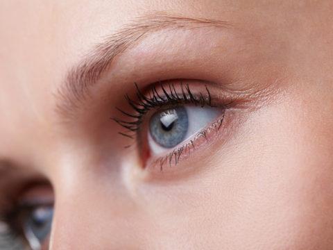 Hudterapeuten tipsar: 6 sätt att få bukt med kråksparkar, mörka ringar och påsar under ögonen